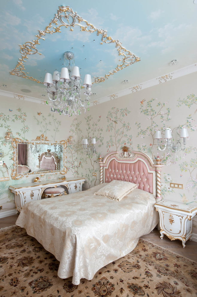 décoration en stuc doré au plafond