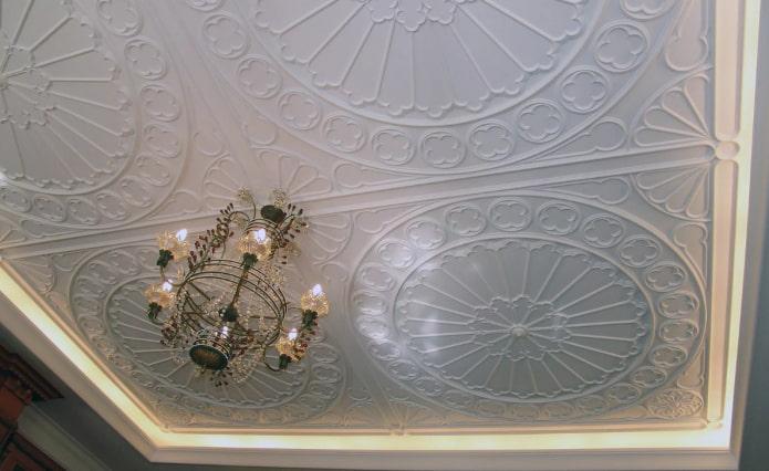 ornement en plâtre au plafond