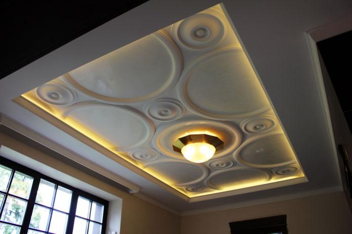 décoration en stuc au plafond avec éclairage