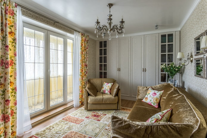 lustre à l'intérieur de la salle dans un style classique