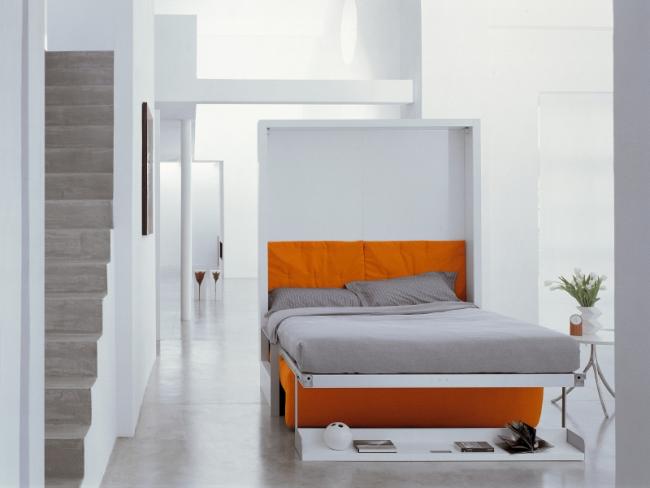 Le lit avec un matelas orthopédique se transforme en un canapé double lumineux