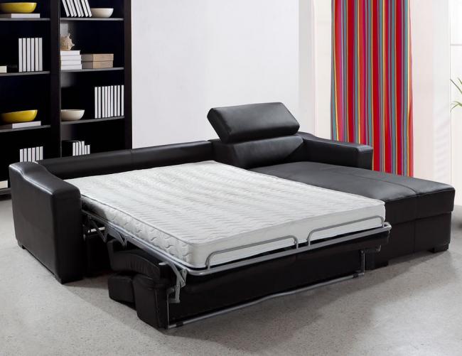 Canapé pliant en cuir avec matelas orthopédique dans un salon spacieux