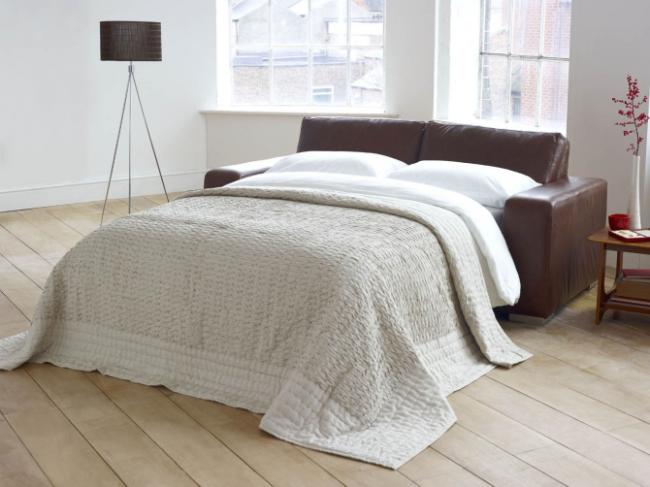 Canapé en cuir de contraste dans une chambre spacieuse et lumineuse