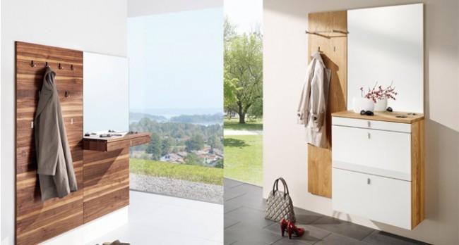 Un cintre, un miroir et une étagère pour les petites choses nécessaires - le minimum de mobilier nécessaire dans le couloir