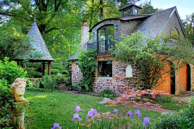 Le toit est fait de bardeaux et reste attrayant après des décennies et remplit avec succès sa fonction de protection