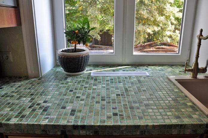 mosaïque sur le rebord de la fenêtre à l'intérieur de la cuisine