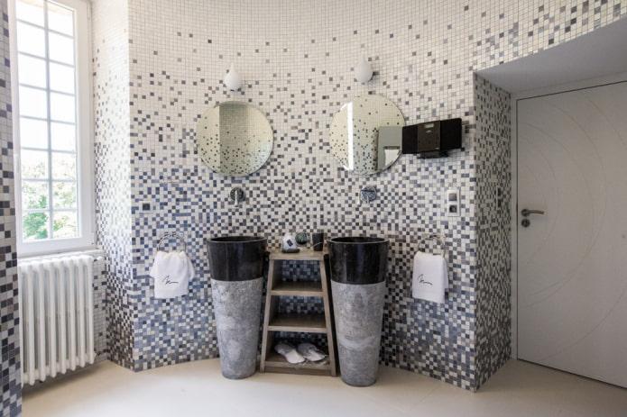 carreaux de mosaïque en plastique dans la salle de bain