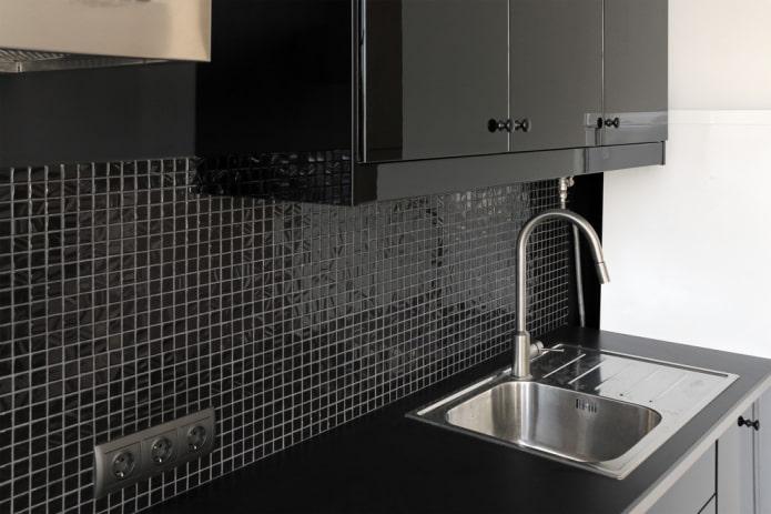 carreaux de mosaïque noire dans la cuisine