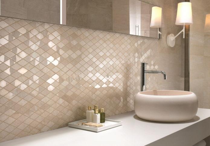 mosaïque en forme de losange dans la salle de bain