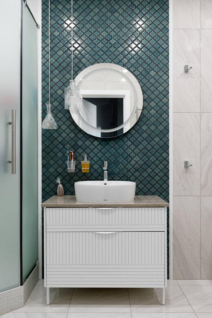 carreaux de mosaïque bouclés dans la salle de bain