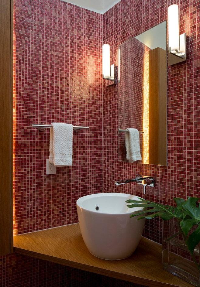carreaux de mosaïque rouge dans la salle de bain