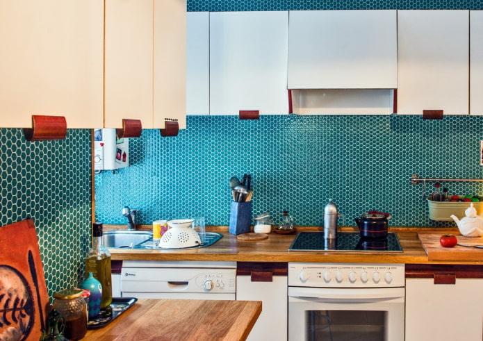 carreaux de mosaïque turquoise dans la cuisine