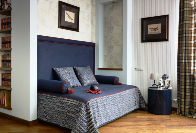 L'utilisation de différents papiers peints met bien en valeur la texture des murs.