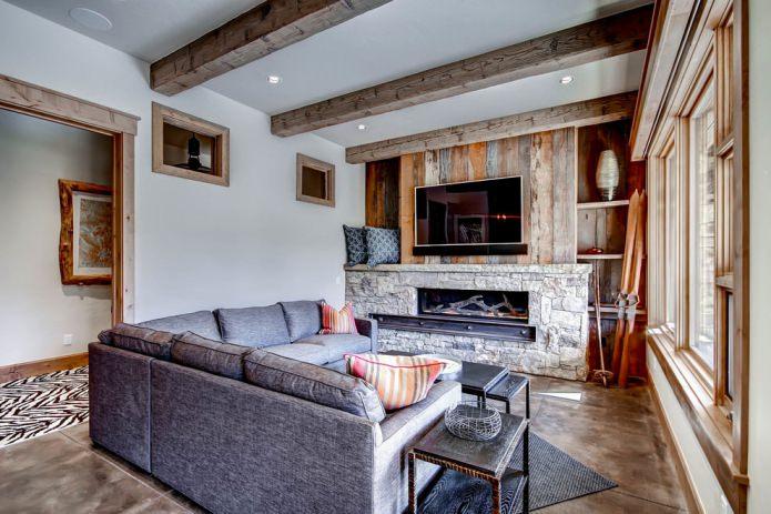 mur de bois et cheminée en pierre sauvage