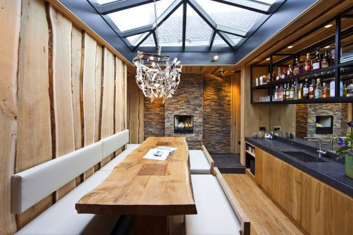 bois et pierre décorative dans la cuisine