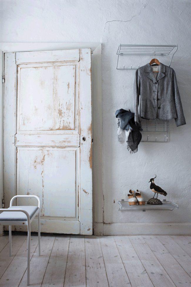 Un petit treillis fixé au mur remplacera une étagère à chaussures