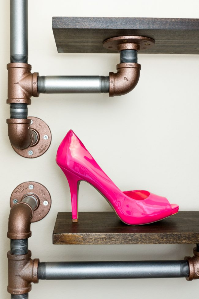 Étagère originale pour chaussures en bois et tuyaux en métal