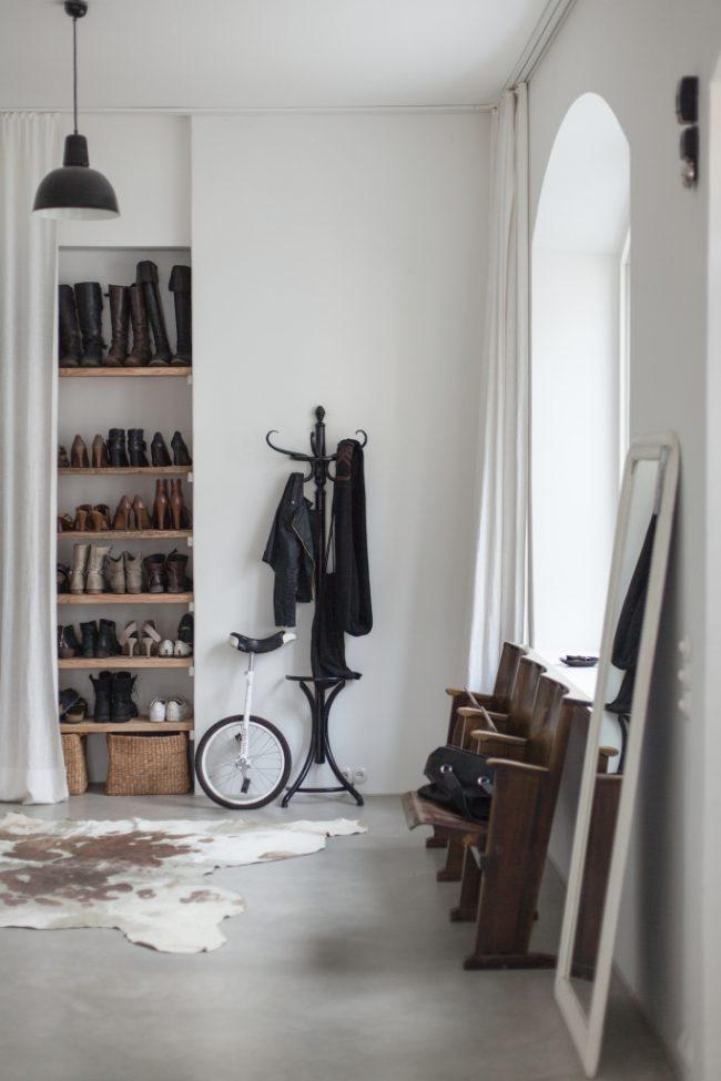 Niche à chaussures avec étagères faites maison dans le couloir de style scandinave
