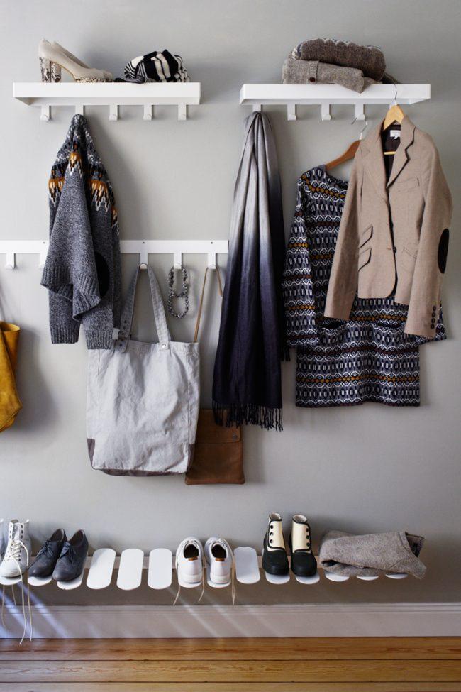 Conception intéressante de l'étagère pour les chaussures attachées au filet