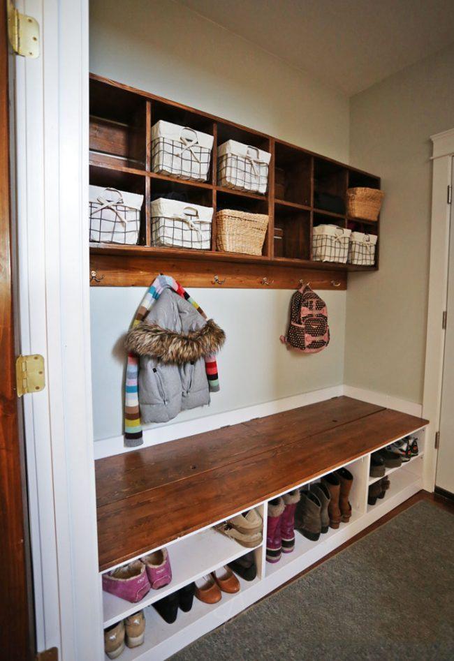 Couloir, sous le banc duquel vous pouvez faire vos propres cloisons pour chaussures