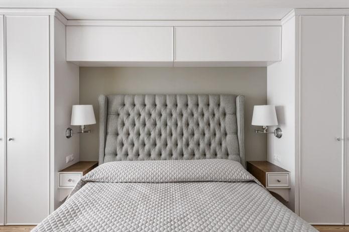 étagères fermées au-dessus de la couchette à l'intérieur