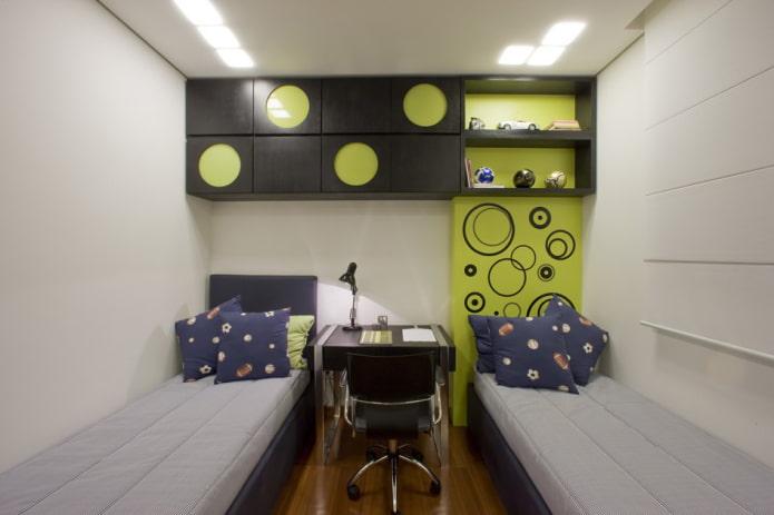 étagères combinées au-dessus de la couchette à l'intérieur