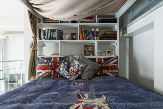 étagères en tête de lit à l'intérieur