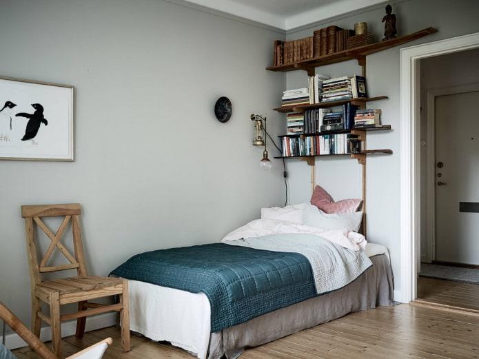 étagères pour livres au-dessus du lit à l'intérieur