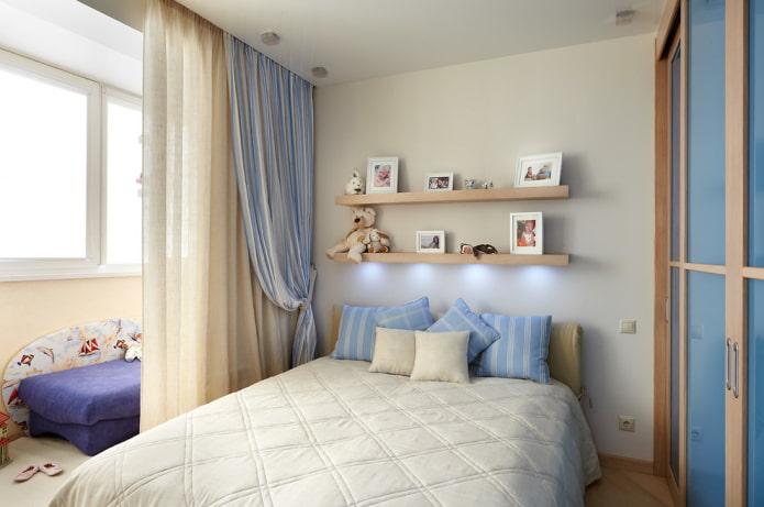 étagères pour photos au-dessus du lit à l'intérieur