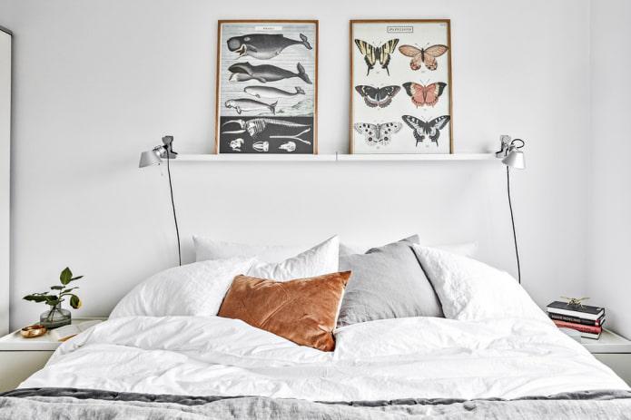 étagères pour tableaux au-dessus du lit à l'intérieur