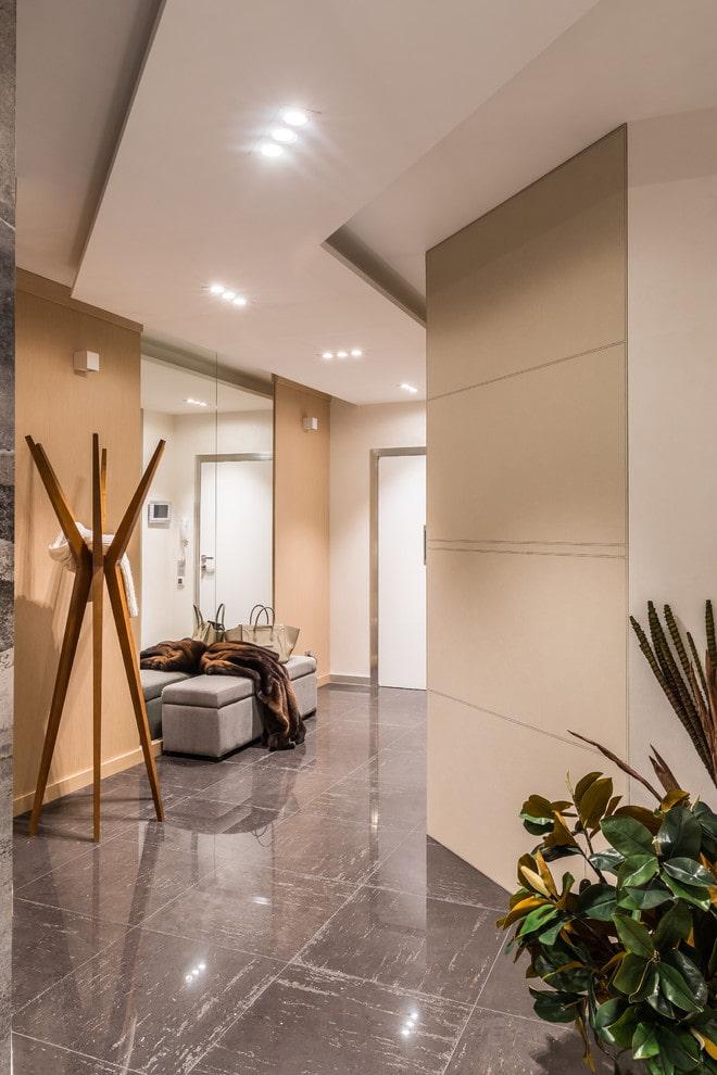 structure de plafond en plaques de plâtre dans le couloir