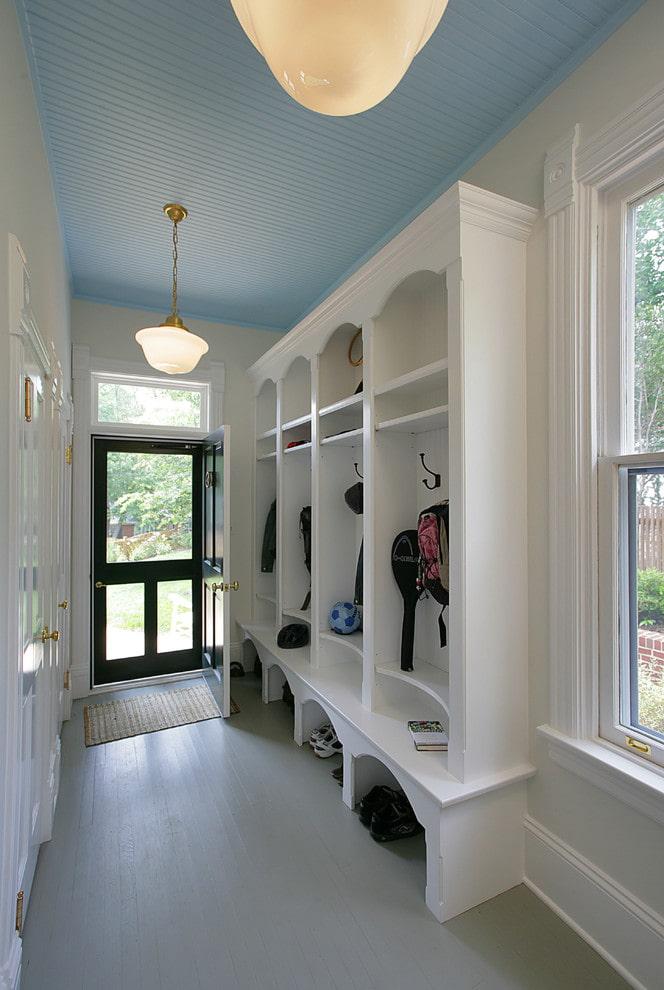 panneaux en plastique de plafond dans le couloir
