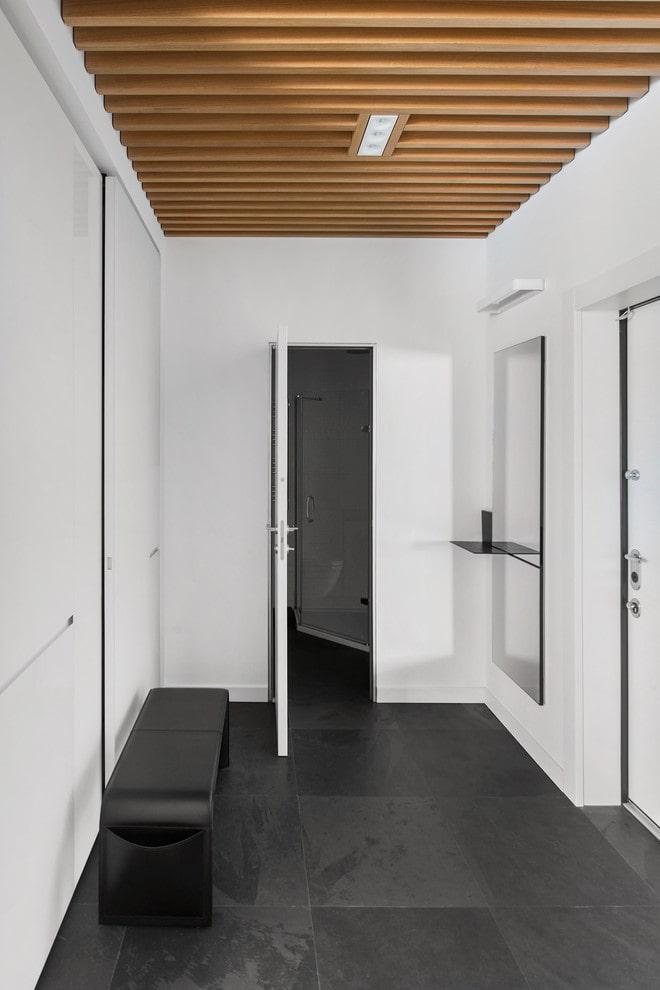 plafond en bois dans le couloir