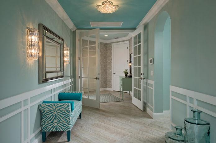 plafond peint à l'intérieur du couloir