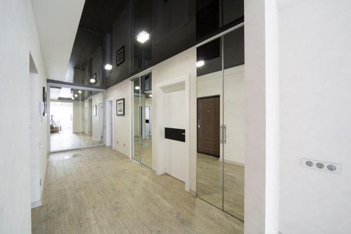plafond noir à l'intérieur du couloir