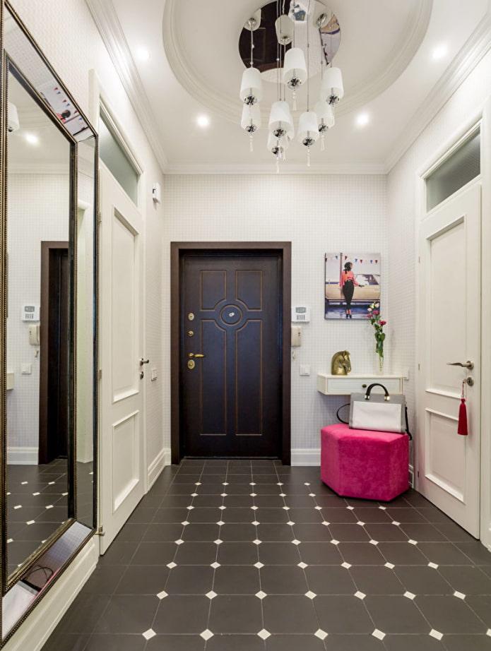 plafond blanc dans le couloir