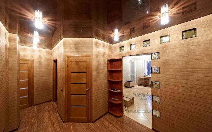 plafond marron à l'intérieur du couloir