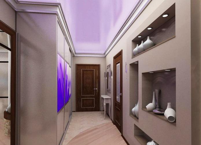 plafond lilas à l'intérieur du couloir