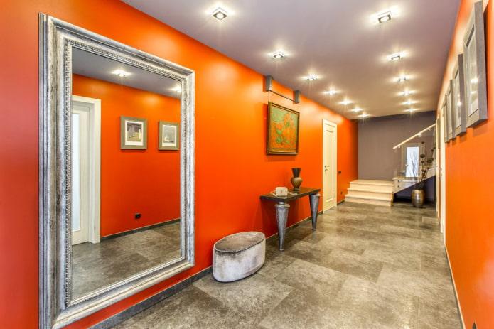 plafond gris à l'intérieur du couloir