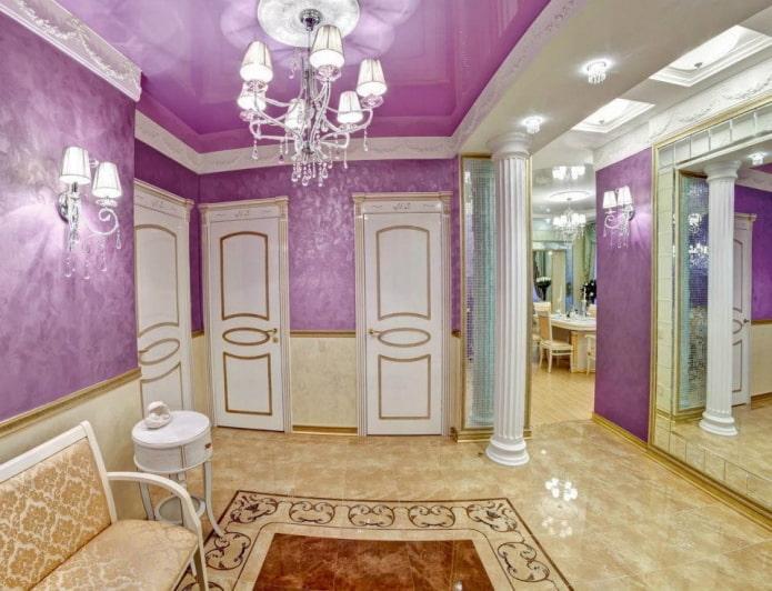 plafond violet à l'intérieur du couloir