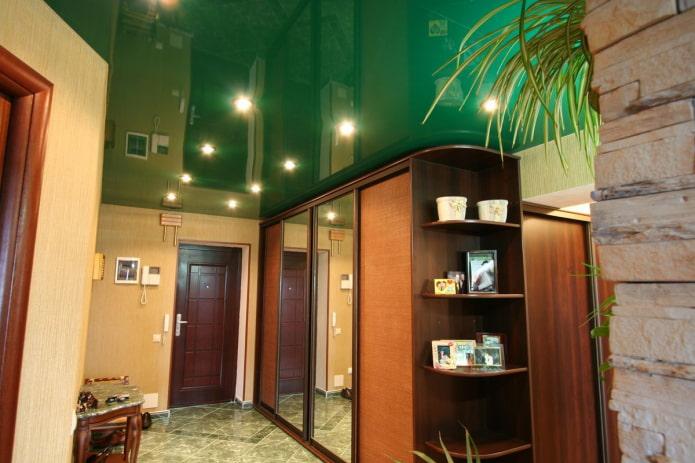 plafond vert dans le couloir