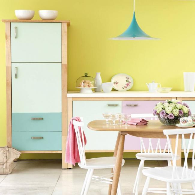 Combiner des couleurs pastel avec une feuille autocollante dans une cuisine lumineuse