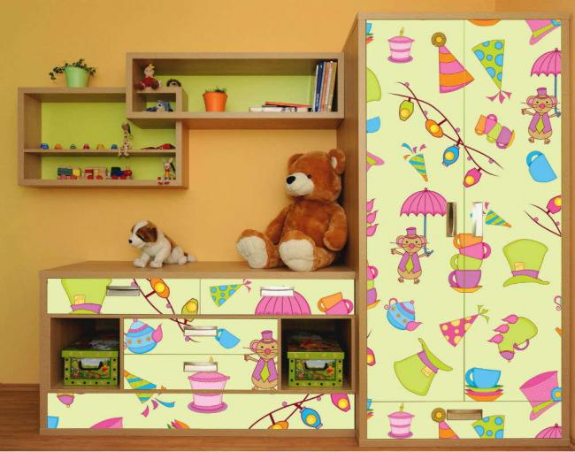 Film autocollant avec des images - un moyen facile de décorer une chambre de bébé