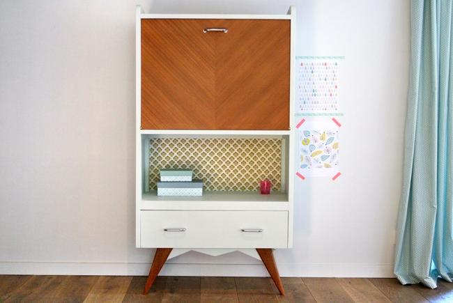 Utilisation de plusieurs types de films pour la décoration de meubles.  La partie supérieure du buffet imite le bois, la partie médiane est un motif, la partie inférieure est un film uni