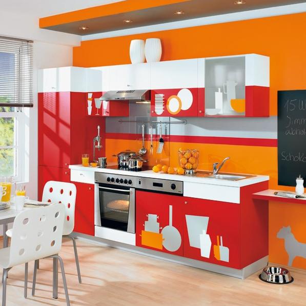 Le film rouge à effet miroir convient à une petite cuisine lumineuse