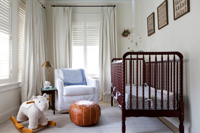 pouf en cuir à l'intérieur de la chambre de bébé