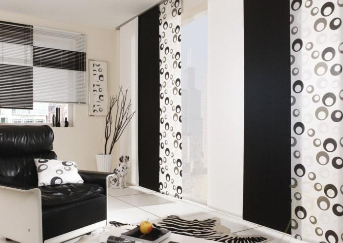 panneaux japonais noirs et blancs à l'intérieur