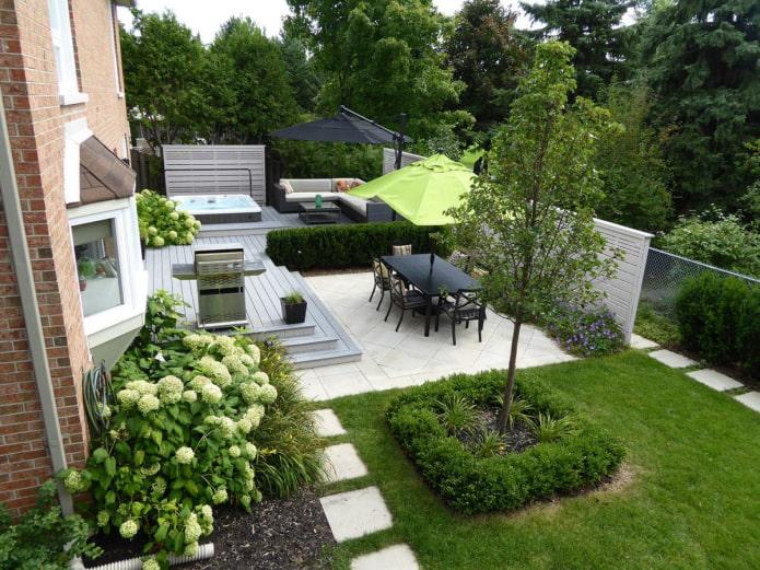 plate-forme en pierre dans le jardin
