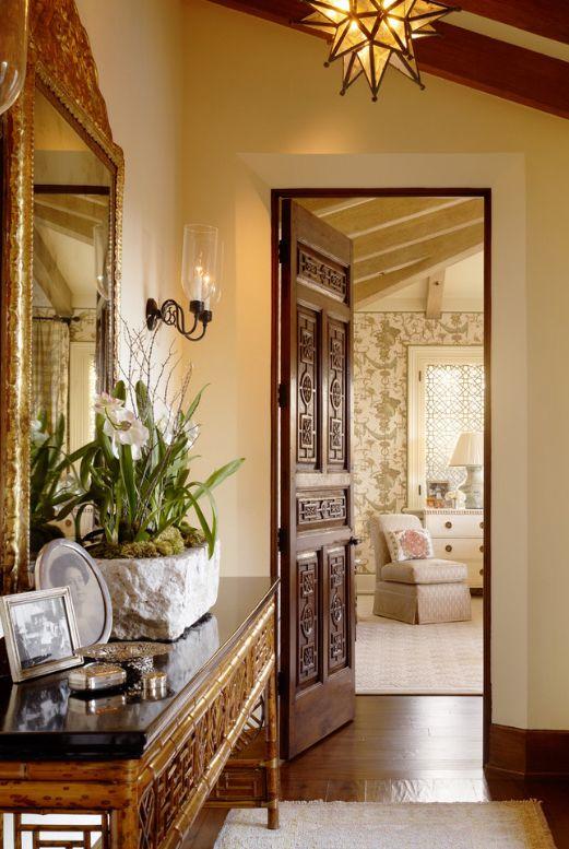 Portes en laiton sculpté dans un intérieur classique