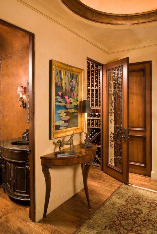 Des portes en bois sombre avec des éléments sculptés décoreront votre maison